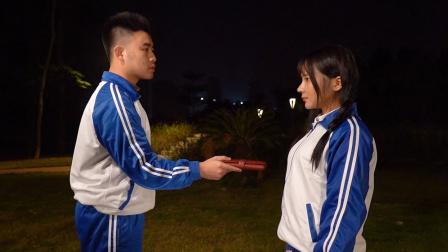 闽南语搞笑视频:小伙路边捡钱包,不料偶遇前女友