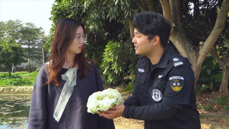 闽南语搞笑视频:小伙买花追美女,没想到被菜贩碾压