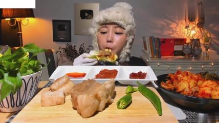 吃播:韩国美女吃货试吃水煮猪全肚,蘸上秘制