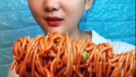 大胃王:美女吃猪皮卷,蘸着辣椒油大口吞,太