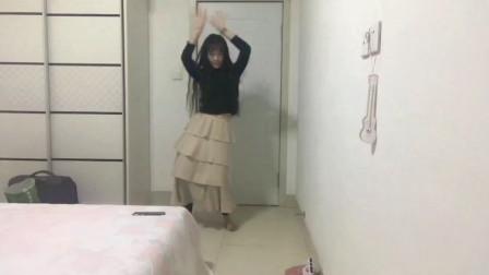 美女在家闲出屁来,自编自演了一段舞蹈,总感