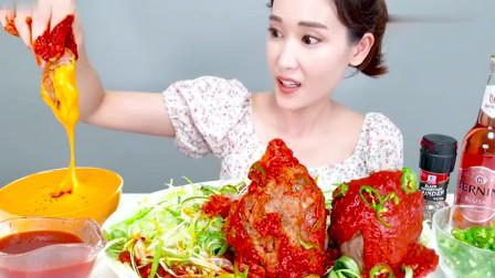 吃播:韩国美女吃货试吃超大卤牛肉,淋上辣椒