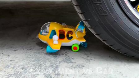 趣味实验:牛人把面条、水果,玩具等放在车轮下,好减压,勿模仿