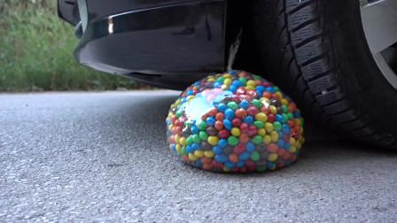 趣味实验:牛人把满满一袋五颜六色的巧克力豆、玩具等放在车轮下,好减压,勿模仿