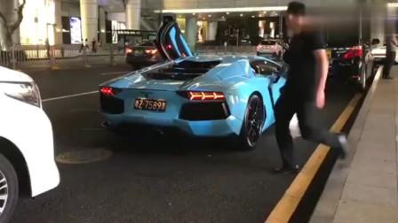 小姐姐出门上了蓝色跑车,网友直呼这才是豪车
