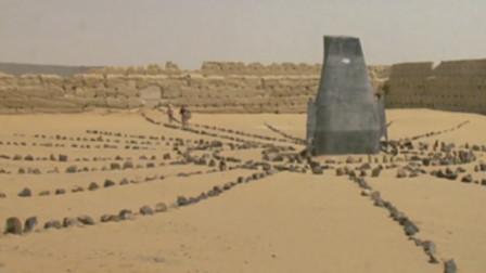 美女来到古迹,对着沙地就是敲,看看是不是空