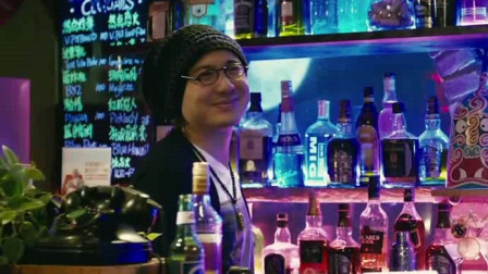 美女去酒吧玩,酒吧老板太会撩了,人才啊