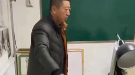 美术生画了一道门来恶搞老师,没想到老师还真