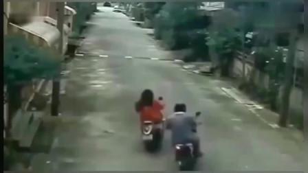 美女骑电动车出门就发生意外,回看监控,这抢