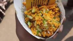 印度的热门街头小吃,报纸做包装,名片当筷子