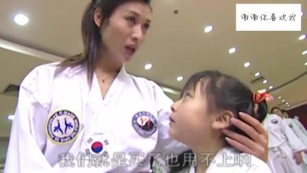 姑娘练习跆拳道到一半,竟为了工作开始接电话
