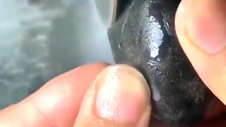 牛人用石头雕刻螃蟹钳,太逼真了!