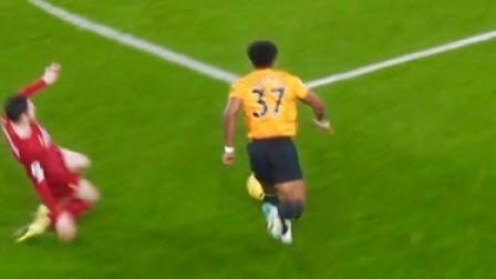 一个打橄榄球的跑来踢足球,这简直就是降维打击,除了傻快还有啥
