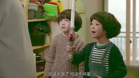 韩国小正太用玩具打美女,不料房东爸爸一句话