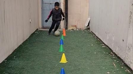 在家练习足球基本功 只争朝夕 不负韶华