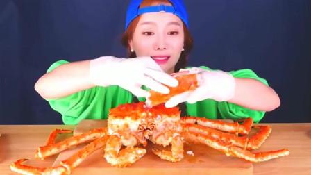 韩国大胃王小美女今天吃新鲜极品帝王蟹,自己