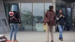 国外爆笑街头恶搞:男子用塑料桶罩住过往路人