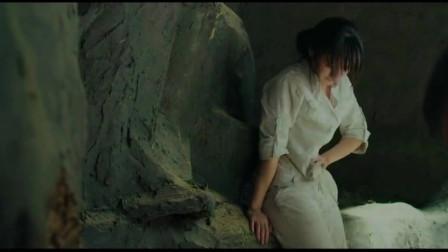孤男寡女被困在山洞里,美女却突然想上厕所,