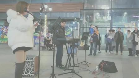 美女武汉街头翻唱《浪子回头》,歌声大气洒脱,比林俊杰唱的好多了!