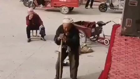 只要美女舞的好,没有拐杖扔不了,村里唯一去