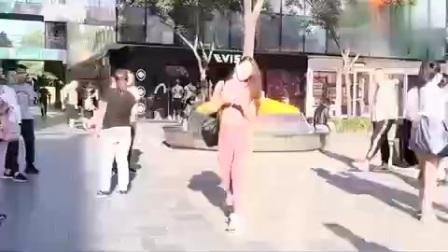 三里屯街拍:女孩身材太美了,健身裤穿搭时尚