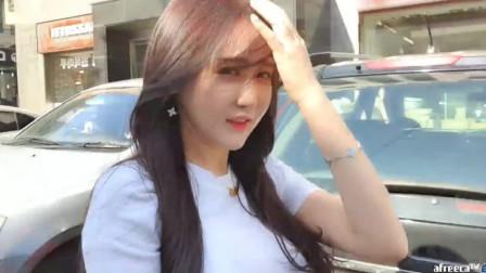 韩国美女主播朴佳琳直播 ,大街上逛街都不忘直播,飞机场真大