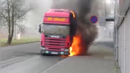 搞笑视频:大卡车半道着火了怎么办?消防员2分