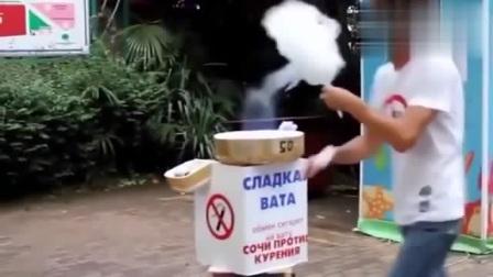 外国搞笑视频,卖棉花糖的老外整出魔法师的感
