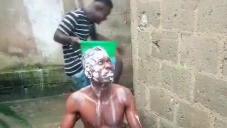 非洲小伙在洗头时遭到同伴的恶搞,真的是太搞