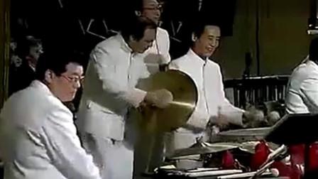 音乐刚一开始,外国人全都笑了,到最后掌声如