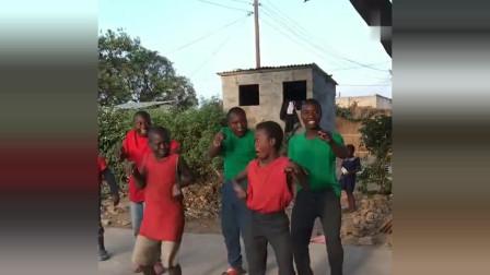 非洲黑人小孩儿爆笑才艺,表演天赋超强,网友