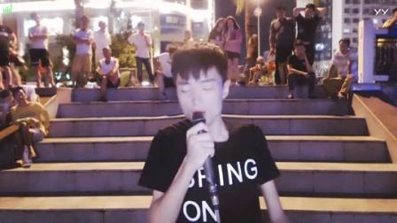 #音乐最前线#小哥街头翻唱一首《烟》, 唱出了心