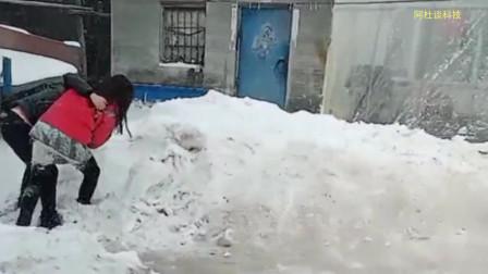 美女想趁着老公扫雪偷跑出去玩耍,被老公发现