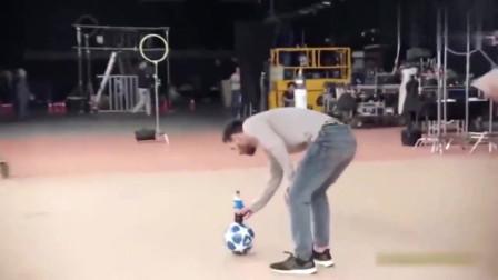 无情炫技!一瓶可乐+一个足球,梅西只用一脚就征服了导演