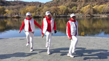 3个美女组合湖边跳鬼步舞,歌曲流行,舞步欢快动感,好听好看