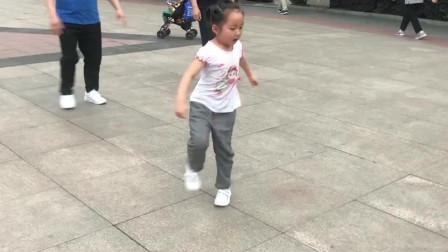 5岁的小姑娘跳鬼步舞,音乐一响跳个不停,谁家