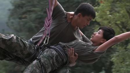 美女教官攀岩坠落,哪料小伙身手不凡,直接在