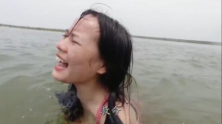 爆笑:村里的一个傻子把溺水的美女给救了,他