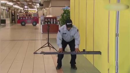 """国外恶搞:警察脚踏墙壁躺着""""睡觉"""",路人看"""