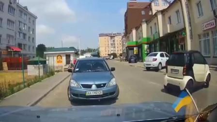 行车记录仪:短裙美女肆意横穿马路,让司机措手不及!监控拍下惊险一幕!