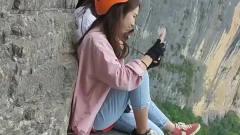 美女在悬崖上玩自拍,万一失手了,怎么办?