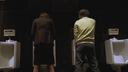 小伙跟女友分手,立马就去跟妹子喝酒,不料俩人却在男卫生间相遇