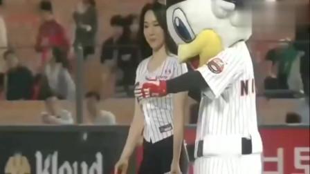 韩国棒球比赛美女明星开球,怎么还有跳舞的?