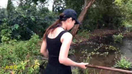 外国美女户外叉鱼,手法很熟练,一转眼就收获