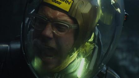 猎奇:队员遭外星蛇袭击,喷射强酸直接将头盔融化!
