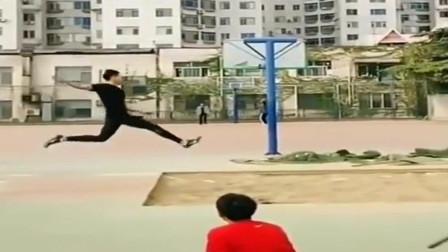 """这是""""弹簧腿""""吧,你这一跳,体育老师都吓一跳"""