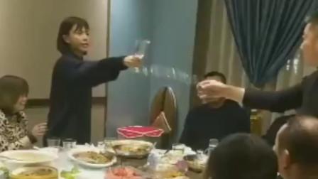 原来是这么喝酒,难怪千杯不醉,美女真是高手