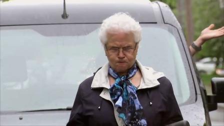 国外恶搞搞笑视频:老太太这脾气,吓懵路人