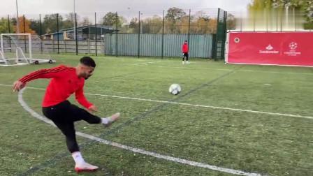 """足球,挑战""""不可能""""射进球洞"""