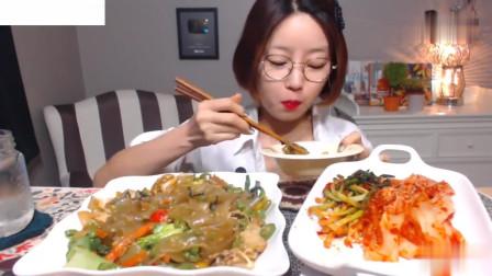 吃播:韩国美女吃货试吃辣炒扇贝粉条,满满一